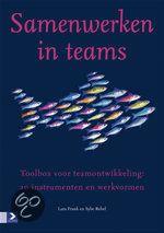 Samenwerken In Teams : toolbox voor teamontwikkeling  : 20 instrumenten en werkvormen  Samenwerken in teams is vandaag de dag niet meer weg te denken uit het bedrijfsleven. En het kan zelfs leuk zijn. De toolbox voor teamontwikkeling helpt u om de samenwerking en de prestaties te verbeteren. Onder het motto 'kennis delen werkt inspirerender dan kennis afschermen'