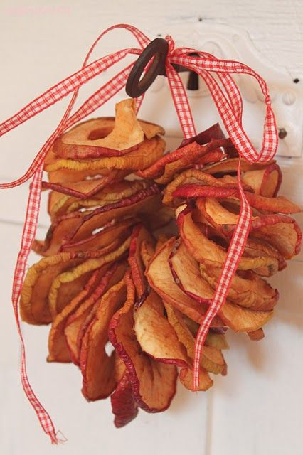 simple dried apple wreath..look so cute hanging in kitchen window**