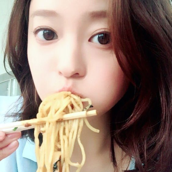 スパゲッティを頬張っているパッチリした目の小林涼子の画像