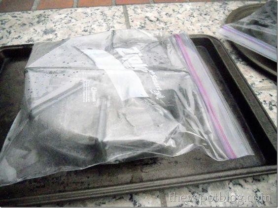 Smerige fornuispitten: stop een klein laagje ammoniak in een afsluitbare plastic zak en stop de fornuispitten erin. Laat deze een nachtje staan en de volgende dag veeg je al het vuil er met gemak af!