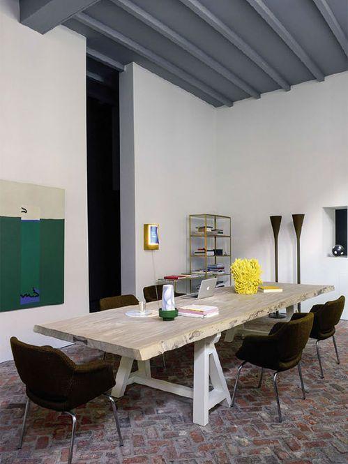 Sala de jantar com mesa de madeira Designer: Veerle Wenes Fotógrafo: Nicolas Tosi Fonte: Elle Decoration França Abril 2013