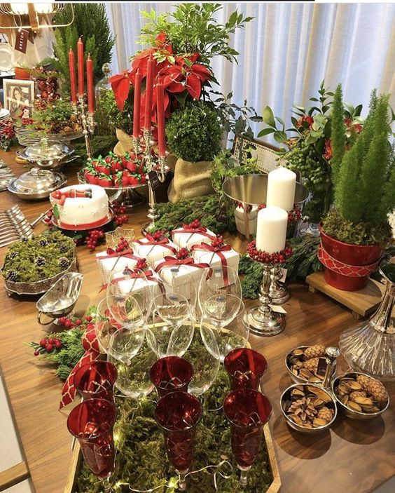 60 Best Christmas Table Decor Ideas For Christmas 2019 Where Traditions Meets Grandeur Christmas Buffet Table Holiday Table Decorations Christmas Table Decorations