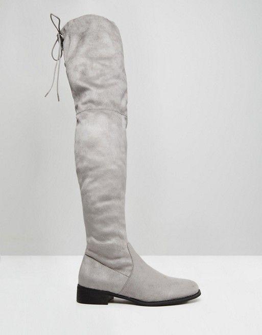 Public Desire | Public Desire – Flache, kniehohe Stiefel in Grau mit Schnürung hinten