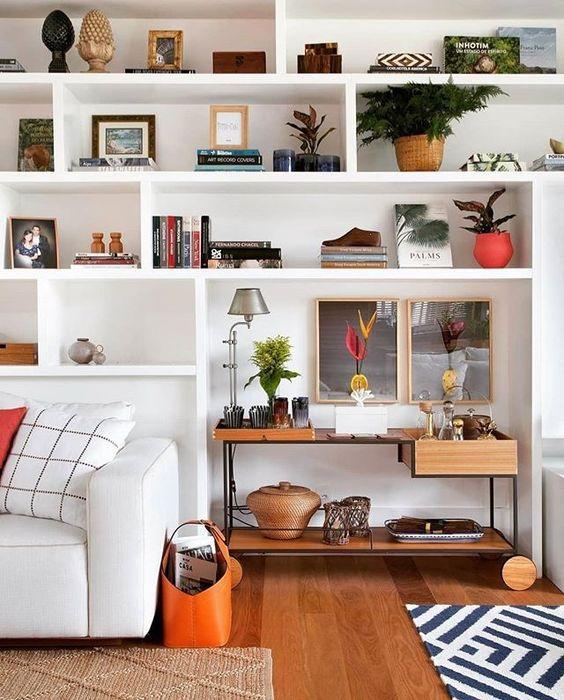 Estante na sala 💕 ótima opção para quem gosta de muitos enfeites. Projeto Escala Arquitetura | Foto MCA estúdio #assimeugosto