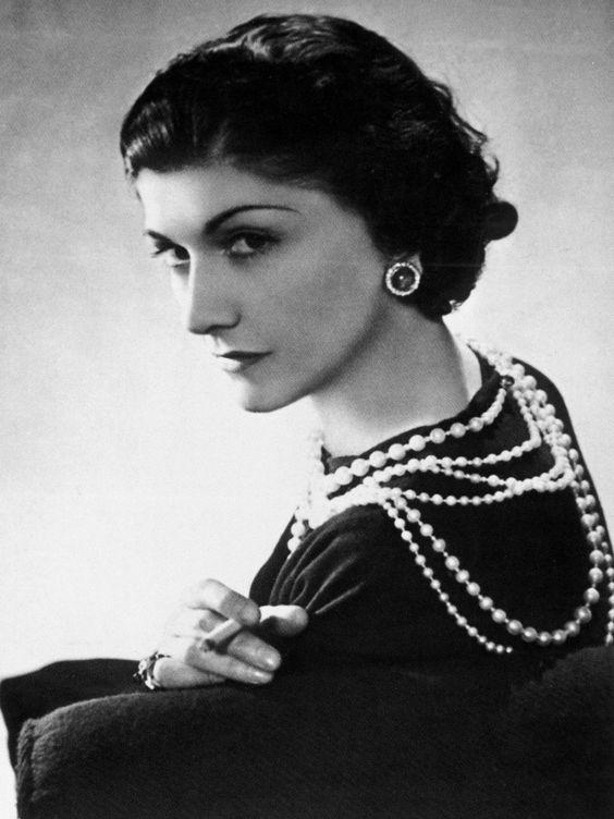 """Coco Chanel a conçu les costumes de Delphine Seyrig dans """"L'année dernière à Marienbad"""" (""""Last Year at Marienbad"""", Alain Resnais, 1961). Elle y décline les robes en noir et en blanc, les dentelles sombres et perles claires pour créer l'aspect mythique, atemporelle et distante du personnage"""