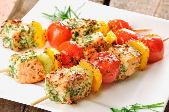 Lachs-Spieße mit Gemüse | http://eatsmarter.de/rezepte/lachs-spiesse-mit-gemuese