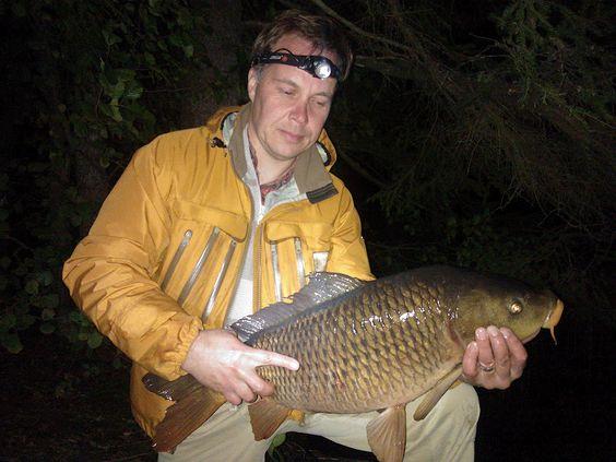 Kalakerho Siloneula - Tarpeeksi kun harjoittelee voi karpin saada saaliiksi. Kuvauksen jälkeen kalat saavat palata omaan elementtiinsä, eli veteen.