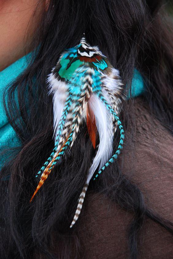 Peříčkový hair clip Sponka do vlasů z dlouhých kohoutích srpků doplněná pírky z bažanta královského. Prolamovací sponku si vyberte dle barvy vlasů- krémová, hnědá, černá Délka 19 cm.