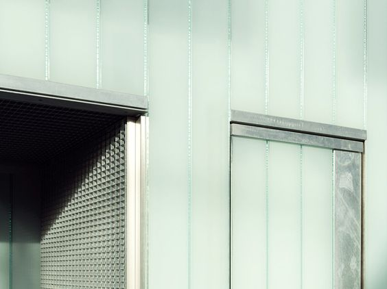 Slip-House, London - feuerverzinkter Stahl und Gussglas sind die prägenden Materialien des Hauses #Haus #Feuerverzinken #Stahl