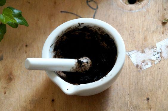DIY Zero Waste Mascara 2 ingredients: almonds & vaseline