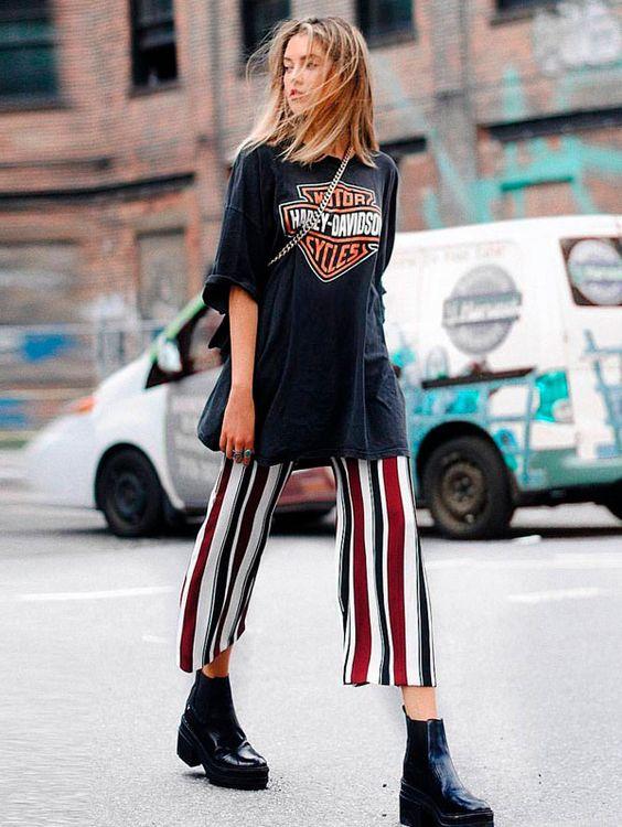 Combine a T-Shirt vintage com calça listrada e bota.