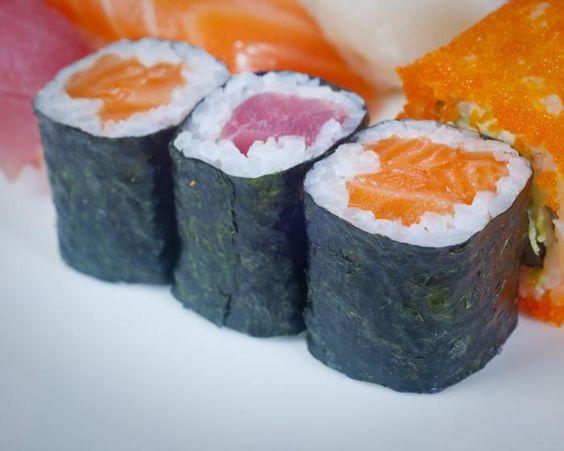 Nori-Maki (Sushi-Rollen): Außen rundum Nori (Algen), innen umgibt Reis rohen, mit etwas Wasabi (grüne japanische Krenpaste) gewürzten Fisch und kurz gegarte oder rohe Meeresfrüchte. Außerdem beliebt u.a. Lachs- oder Fliegenfischkaviar, rohes Gemüse (meist Gurke, Avocado) und spezielle japanischen Kürbisstreifen (Kampyo). Mehr dazu hier: http://www.nachrichten.at/freizeit/essen_trinken/Die-Sushi-Amateure-und-der-Meister;art115,1323790 (Bild: colourbox.de)
