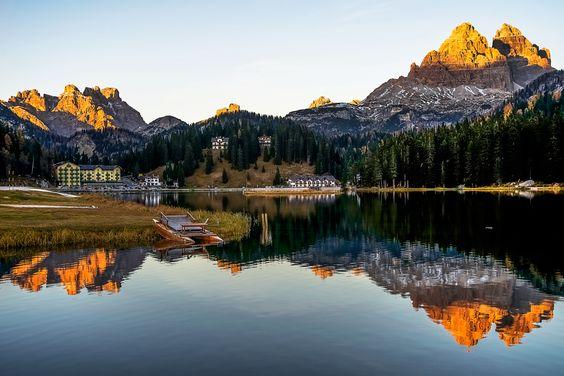 Bom dia! Eis um dos mais famosos lagos nas Dolomitas http://www.italydolomites.com/hikes/misurina-lake/   #italia #viagens #dolomitas #trekking #viajar #guia