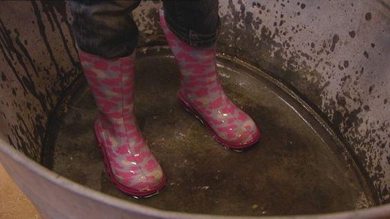 Flip en een groepje kinderen gaan in een wasteil gevuld met water staan en zoeken uit welke schoenen of laarzen het beste tegen de regen kunnen. Daarna testen ze het buiten, met regenpakken en een mooie paraplu!