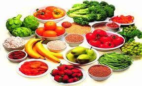 5 temel yiyecek grubu olan et, süt, sebze, meyve, yağ ve tam tahıl grubundan yiyecekleri her öğünde yeterince alarak dengeli beslenin. - Cildinizin kurumasını önlemek, hücre yenilenmesini ve metabolizmanın daha düzenli çalışması için yeterince su ya da sıvı tüketmeye özen gösterin. - Hayvansal yağların, trans yağların fazla tüketimi cilt sağlığı için önemli olan sebum üretimini azaltır.