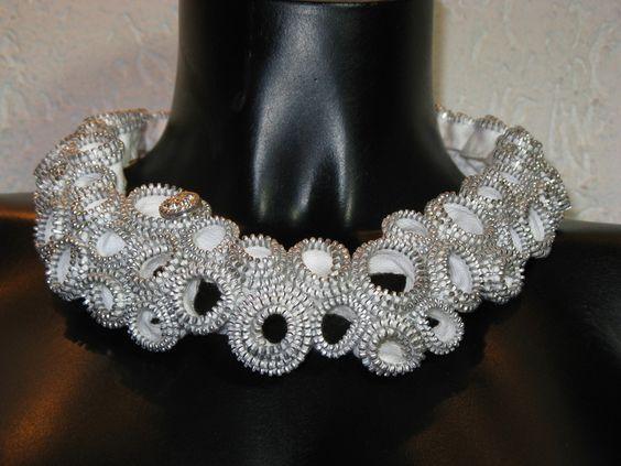 Dieses Collier habe ich in liebevoller Kleinarbeit an vielen Abenden von Hand gefertigt aus weißen Metall-Reißverschlüssen mit silbrigen Zacken. Dazu