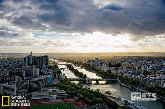 塞納河由東向西貫穿巴黎,沿途流經37座橋。這是從艾菲爾鐵塔望見的河景。(攝影:威廉.亞伯特.阿拉德 William Albert Allard)