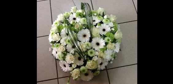 Coussin Cœur - assortiement de fleurs blanches et vertes
