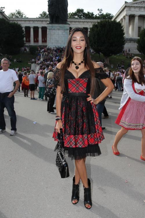 Oktoberfest 2013: Bedeutung der Dirndl-Schleife und Trends – Verona Pooth mit Open-Toe Booties zum Dirndl #Wiesn #Tracht #Trachtenmode