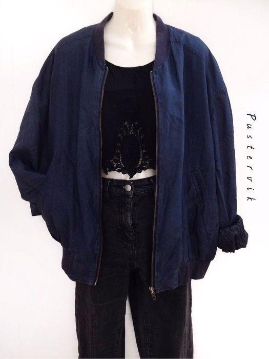 Mein True Vintage Oversize Seiden Blouson / Bomberjacke Navy Blue von true vintage! Größe 42 / M für 49,00 €. Sieh´s dir an: http://www.kleiderkreisel.de/damenmode/blusen/135503972-true-vintage-oversize-seiden-blouson-bomberjacke-navy-blue.