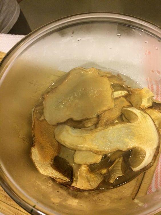 Il funghi - hidratado en agua caliente. Filtrar el jugo que queda y reutilizar como caldo para el arroz.