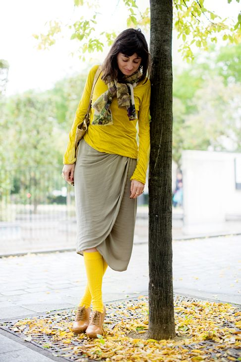 Love this pairing of yellow with neutral skirt and patterned scarf #monochromatic #style