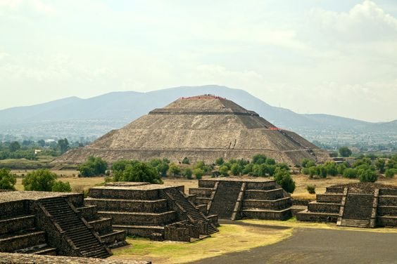 Au NE de la ville de Mexico au Mexique, Teotihuacan était la plus grande ville de toute l'Amérique précolombienne. Conçue en 200 avant J.C. par les Totonaques, habitée jusqu'au 7e, détruite par un incendie provoqué par une émeute à l'intérieur de la ville. Aujourd'hui admirée pour ses grandes pyramides méso-américaine, sa chaussée des Morts et ses nombreuses peintures murales aux couleurs quasi intactes. Inscrite au patrimoine de l'Unesco, elle demeure une destination prisée des touristes.