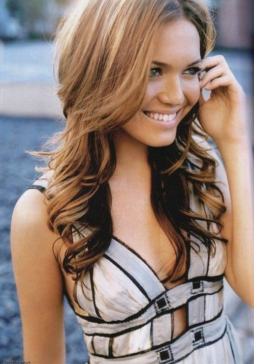 she is flippin' gorgeous!! i love her hair color....