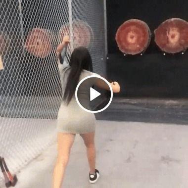 a moça joga o machado e acerta
