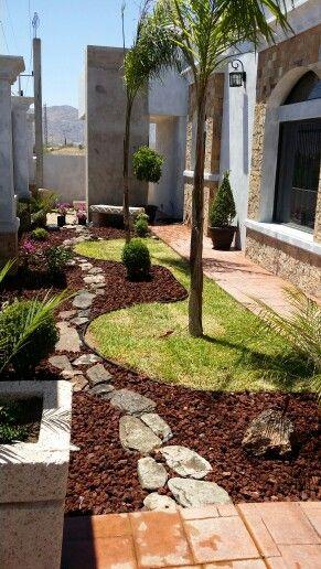 Jard n con c sped y piedra roja jardines pinterest for Decoracion de jardines y patios con piedras
