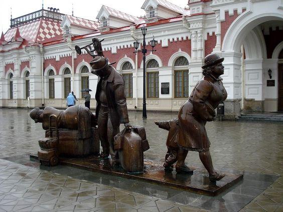 Яндекс..Екатеринбург.Скульптура на вокзале