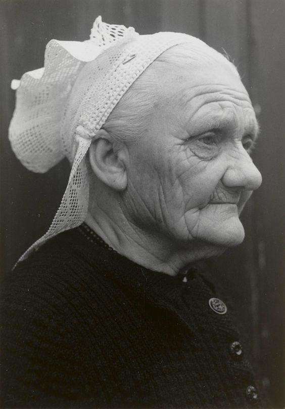 1956 Weduwe Van den Bosch-Verwijs uit St. Philipsland (77 jaar) met haakmuts. Mevrouw Van den Bosch draagt geen oorijzer. De 'linten' aan de achterzijde van de muts zijn gemaakt van machinale slooptussenzetsels. Deze worden op de rug met een veiligheidsspeld aan elkaar vastgestoken. #StPhilipsland #Zeeland