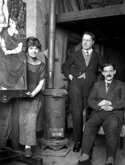 Suzanne Valadon, son fils, Maurice Utrillo (assis, à droite) et André Utter, peintres français Photo, Henri Martinie. 1920