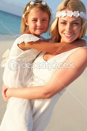 Novia dama de honor en la boda de playa hermosa — Foto stock © monkeybusiness #25047403