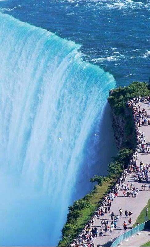 Niagra Falls walkway, CanadiaNiagra Falls walkway, Canadia
