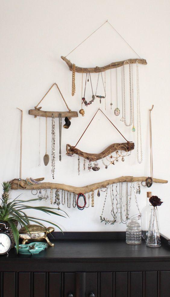 Esprit boho chic pour ce rangement à bijoux en bois brut
