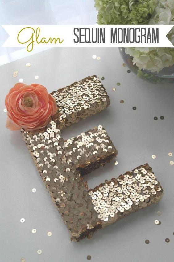 Monograma glam - paetês dourado com flor - DIY