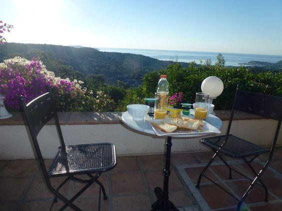 Magnifique villa à Cavalaire-sur-Mer avec jacuzzi pour 8/10 personnes, splendide vue sur la mer. Plus d'infos sur http://goo.gl/4vqdJv