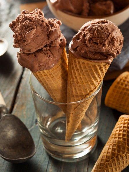 Heute genießen wir Nutella in seiner schönsten Form. Unser selbst gemachtes Nutella-Eis schmeckt himmlisch gut und ist in Windeseile zubereitet.