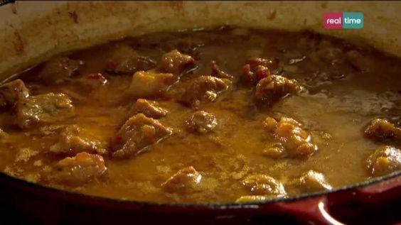 Cucina con Ramsay # 62: Maiale al curry con salsa di mango Una fantastica ricetta per cucinare del maiale con Curry. Preparatelo a Vostro marito! INGREDIENTI: Olio di oliva per friggere 1 collo di maiale di 1 Kg, tagliato a pezzettini di 2,5 cm 1 cipolla, sbucciata e tritata finemente 1 scatola da 400 ml di latte di cocco 750 ml di brodo di pollo 1 cucch...