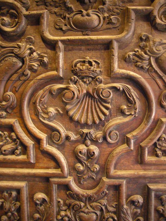 concha de Santiago, en la puerta de entrada a la catedral