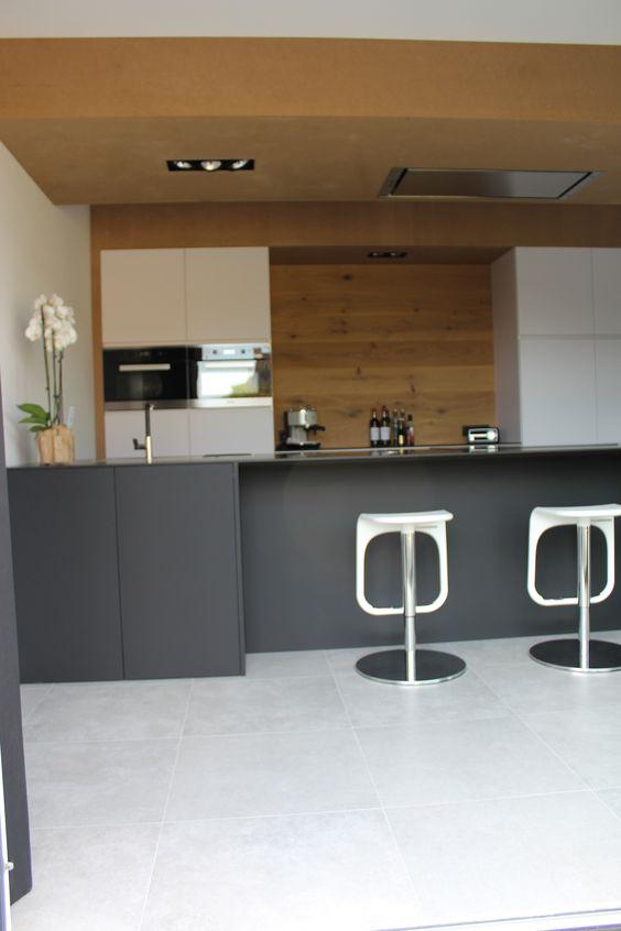 Moderne strakke keuken, wit en zwart gecombineerd met hout ...