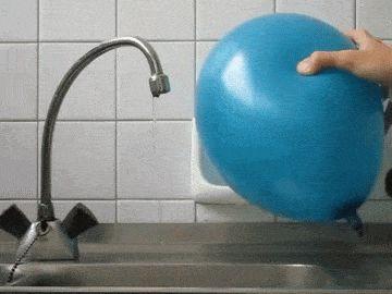 Los campos magnéticos de un globo desvían la trayectoria de un chorro de agua #agua #electrostática #globo http://www.pandabuzz.com/es/scienceporn-del-dia/globo-cambia-trayectoria-agua