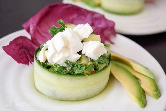 Rucola-Salat-mit-Gurke-umwickelt-in-Koriander-Honig-Limonen-Dressing rezept