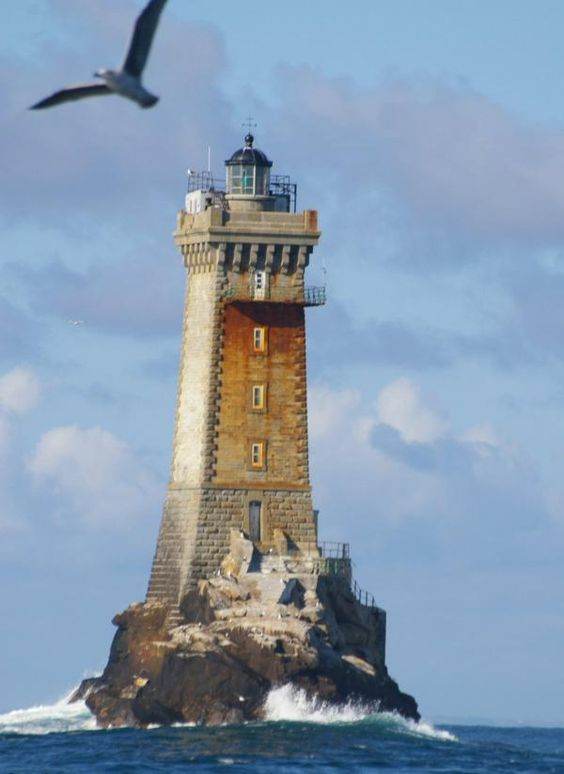 Mer d'Iroise - Phare de La Vieille sur le rocher de la Gorlebella (« la roche la plus éloignée » en breton) île de Sein (Finistère) - Coordonnées 48°02′26″N / 4°45′23″O - Feux : 3 occ. blanc rouge vert, 12 s