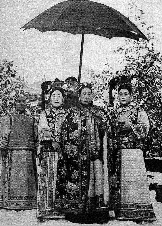 1903 photo of Empress Dowager Cixi and her attendants