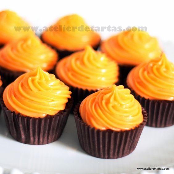 Cupcakes de chocolate con cobertura de chocolate naranja