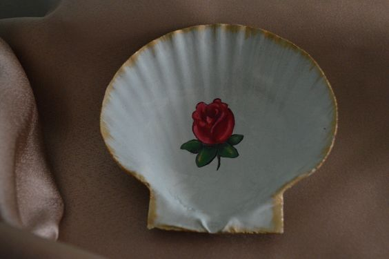 Hand painted seashell soap/jewelry dish.  To see the collection, go to qutestudio.etsy.com!