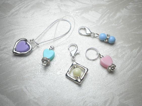 5 Maschenmarkierer / Reihenzähler Acryl Herzen und Perlen pastellfarben, ein Mix aus Karabiner, Ringe und Schlinge für eine vielseitige Anwendung von Funny-Pen auf DaWanda.com