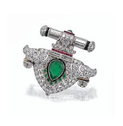 ART DECO Diamante, Esmeralda y Ruby BROCHE, RAYMOND patio, alrededor de 1925 - Sotheby '